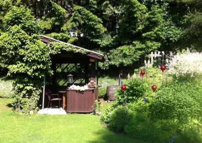 Garten mit Laube/garden with arbour/giardino con pergolato
